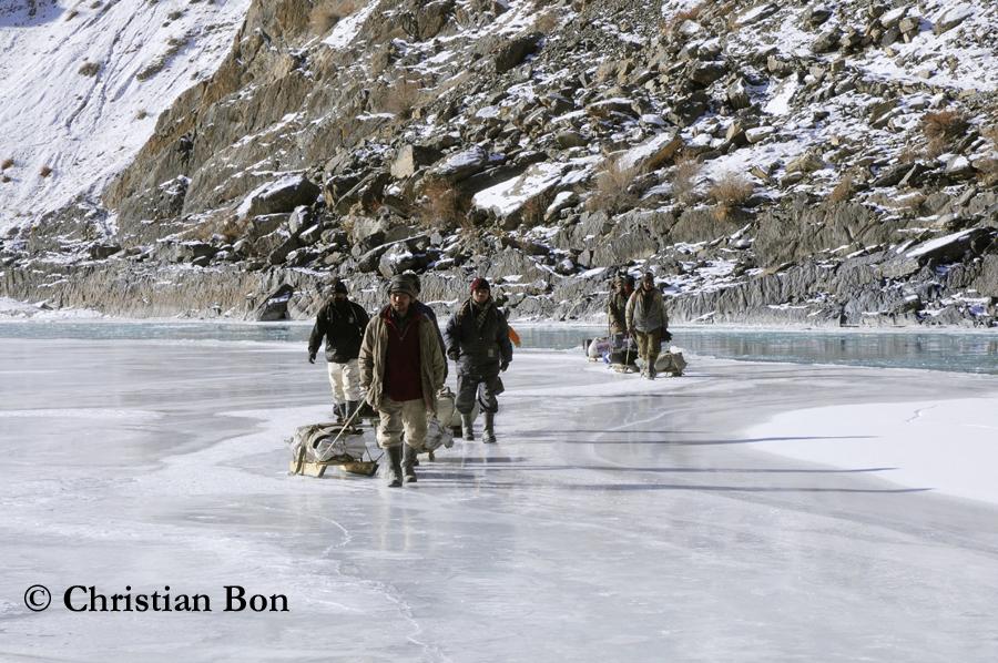 Porteurs sur la rivière Zanskar