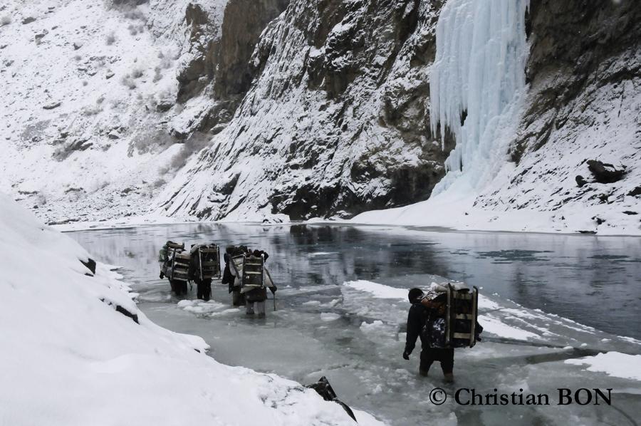 Porteurs sur la rivière gelée