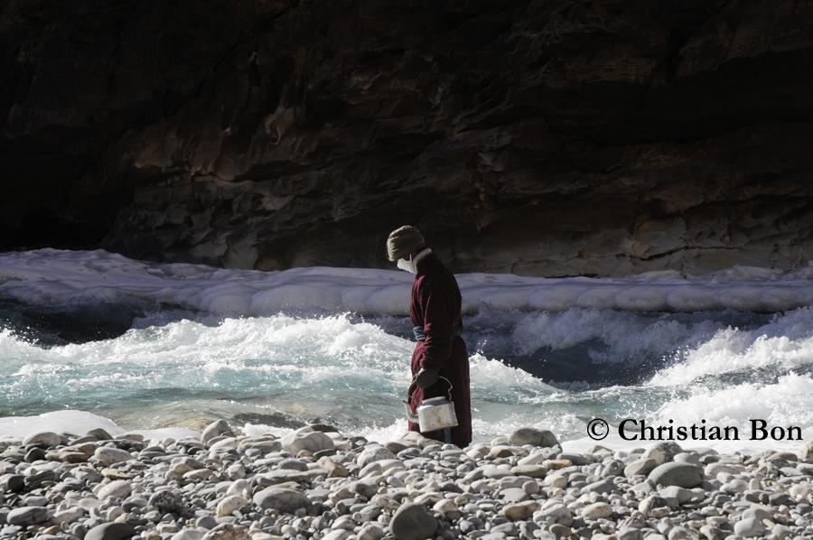 Porteur sur le fleuve gelé